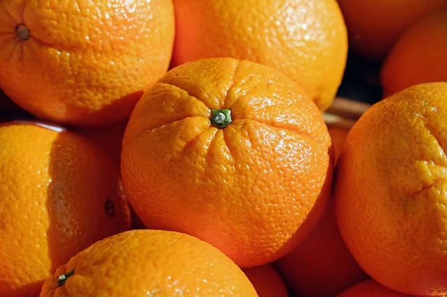 Metody na zdrowe opalanie: kosmetyki brązujące, opalanie natryskowe, olejek marchewkowy, dieta