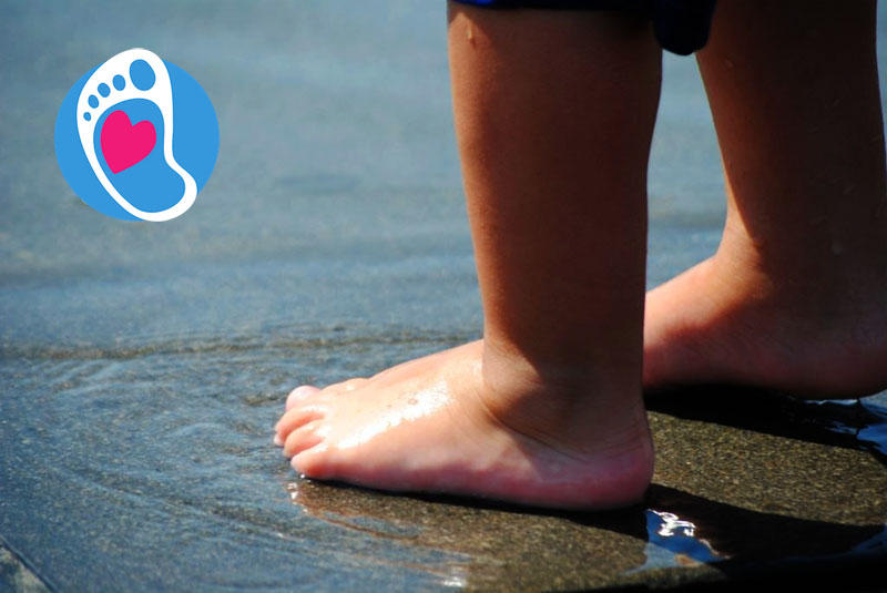 Bose stopy dziecka w kałuży :: Sklep Bosa Stópka