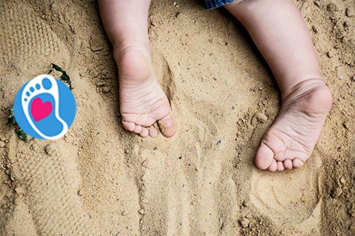 Bose stopy dziecka na piasku :: Sklep Bosa Stópka